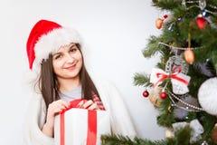 Regalo de la Navidad del asimiento del retrato de la mujer Imagen de archivo libre de regalías