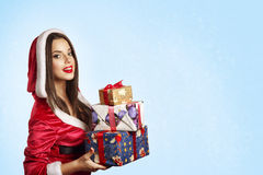 Regalo de la Navidad del asimiento del retrato de la mujer del sombrero de Santa de la Navidad Fotografía de archivo libre de regalías