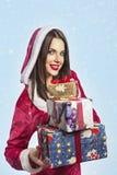 Regalo de la Navidad del asimiento del retrato de la mujer del sombrero de Santa de la Navidad Foto de archivo