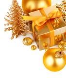 Regalo de la Navidad del oro con las bolas Fotos de archivo