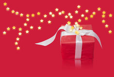 Regalo de la Navidad en abrigo rojo con la cinta blanca Fotografía de archivo