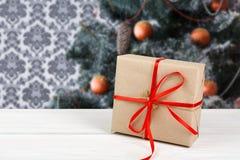 Regalo de la Navidad en el fondo adornado del árbol, concepto del día de fiesta Imagen de archivo libre de regalías