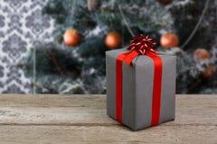 Regalo de la Navidad en el fondo adornado del árbol, concepto del día de fiesta Imagen de archivo