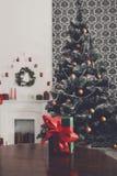 Regalo de la Navidad en el fondo adornado del sitio, concepto del día de fiesta Foto de archivo libre de regalías