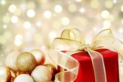 Regalo de la Navidad en fondo defocused de las luces fotografía de archivo libre de regalías