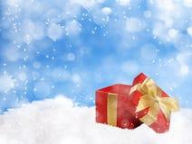 Regalo de la Navidad en fondo del invierno Fotografía de archivo libre de regalías