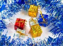 Regalo de la Navidad en guirnalda azul con la decoración festiva Fotografía de archivo libre de regalías