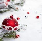 Regalo de la Navidad en nieve Foto de archivo