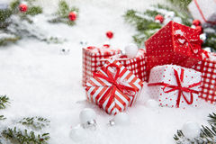 Regalo de la Navidad en nieve Fotos de archivo