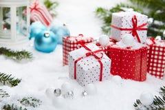 Regalo de la Navidad en nieve Fotos de archivo libres de regalías