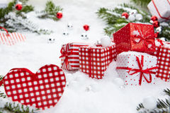 Regalo de la Navidad en nieve Imagenes de archivo