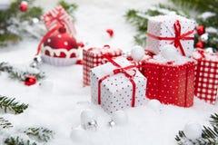 Regalo de la Navidad en nieve Foto de archivo libre de regalías
