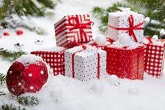 Regalo de la Navidad en nieve Fotografía de archivo