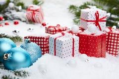 Regalo de la Navidad en nieve Imagen de archivo libre de regalías