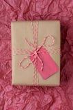 Regalo de la Navidad en tejido rojo Fotografía de archivo
