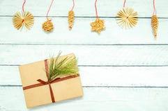 Regalo de la Navidad en una caja y decoraciones En el fondo de madera blanco foto de archivo libre de regalías