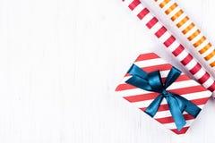 Regalo de la Navidad envuelto en papel rayado del regalo Imagen de archivo