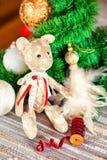 Regalo de la Navidad - juguete del oso de peluche del tilda que se sienta en backgro festivo Fotografía de archivo