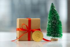 Regalo de la Navidad o Año Nuevo con la cinta y poco g del abeto y mejor Fotografía de archivo libre de regalías