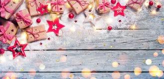 Regalo de la Navidad - paquetes rústicos con el ornamento de la Navidad imagenes de archivo