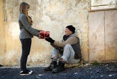 Regalo de la Navidad para el hombre sin hogar Fotografía de archivo