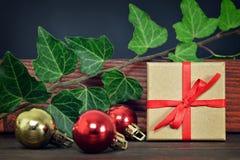 Regalo de la Navidad y bolas de la Navidad Fotografía de archivo libre de regalías