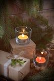 Regalo de la Navidad y dos velas ligeras Imagen de archivo