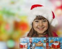 Regalo de la Navidad y muchacha feliz Imagen de archivo