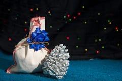 Regalo de la Navidad y un cono Fotografía de archivo libre de regalías