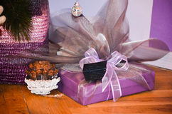 Regalo de la púrpura de la Navidad Foto de archivo