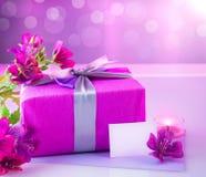 Regalo de lujo con las flores rosadas Fotografía de archivo libre de regalías