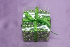Regalo de lujo rojo de la Navidad Regalo de la Navidad Fondo de la Navidad de la Feliz Año Nuevo con la caja de regalo La celebra Fotos de archivo libres de regalías