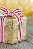 Regalo de Navidad coloreado de oro Fotografía de archivo