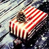 Regalo de Navidad con color rojo en fondo de madera oscuro en VI Imágenes de archivo libres de regalías
