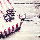 Regalo de Navidad con color rojo en fondo de madera oscuro en VI Foto de archivo libre de regalías