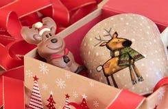 Regalo de Navidad con el reno de la taza y del chocolate Fotografía de archivo libre de regalías