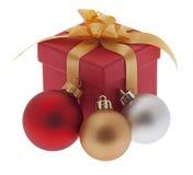 Regalo de Navidad con la bola del árbol de navidad Fotos de archivo libres de regalías