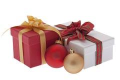 Regalo de Navidad con la bola del árbol de navidad Foto de archivo libre de regalías