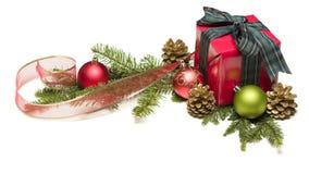 Regalo de Navidad con la cinta, los conos del pino y los ornamentos Imágenes de archivo libres de regalías