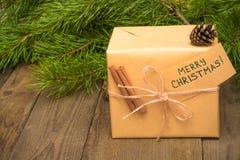 Regalo de Navidad con la tarjeta de felicitación imagen de archivo