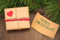 Regalo de Navidad con la tarjeta de felicitación fotografía de archivo