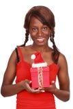 Regalo de Navidad de la explotación agrícola de la muchacha fotografía de archivo libre de regalías