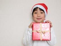 Regalo de Navidad de la explotación agrícola del niño Imágenes de archivo libres de regalías