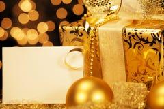 Regalo de Navidad de oro con las bolas de la Navidad Fotografía de archivo