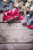 Regalo de Navidad en árbol envuelto de la caja, de la estrella y de la piel de las ramas fotografía de archivo libre de regalías