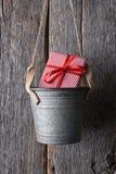 Regalo de Navidad en cubo Foto de archivo