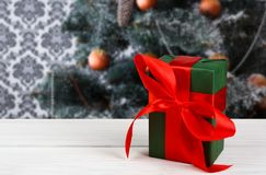 Regalo de Navidad en el fondo adornado del árbol, concepto del día de fiesta Imagenes de archivo