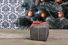 Regalo de Navidad en el fondo adornado del árbol, concepto del día de fiesta Foto de archivo