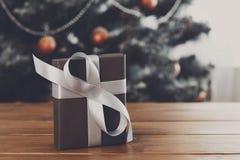 Regalo de Navidad en el fondo adornado del árbol, concepto del día de fiesta Fotos de archivo libres de regalías
