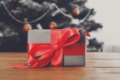 Regalo de Navidad en el fondo adornado del árbol, concepto del día de fiesta Fotos de archivo